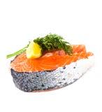 Pezzo di bistecca di color salmone fresca su un fondo bianco Fotografia Stock Libera da Diritti