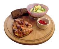 Pezzo di bistecca fritta della carne su un bordo rotondo Fotografia Stock