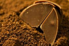 Pezzo di caramella di cioccolato su caffè Fotografia Stock Libera da Diritti