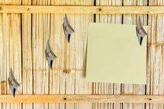 Pezzo di carta in bianco allegato su una parete di legno di bambù della vecchia casa Immagine Stock