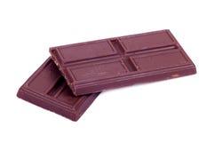 Pezzo di cioccolato fondente isolato su fondo bianco Fotografia Stock Libera da Diritti