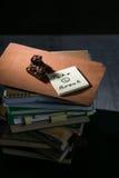 Pezzo di cioccolato sulla pila di libri Fotografia Stock Libera da Diritti