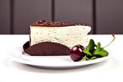 Pezzo di dolce con cioccolato, la ciliegia e la menta Fotografia Stock Libera da Diritti