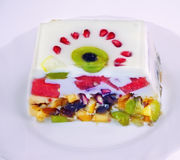 Pezzo di dolce della frutta della gelatina con latte Fotografia Stock Libera da Diritti