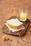 Pezzo di dolce della noce con i mandarini e l'inceppamento arancio Immagini Stock