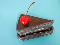 Pezzo di dolce di cioccolato con la ciliegia Fotografia Stock