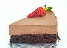 Pezzo di dolce di cioccolato di due strati con le fragole fresche sopra Fotografia Stock