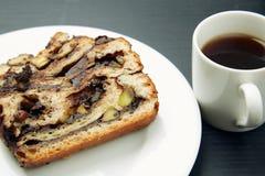 Pezzo di dolce e di tazza di tè sopra una Tabella Fotografia Stock