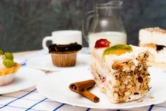 Pezzo di dolce su un piatto bianco Fotografia Stock Libera da Diritti