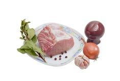 Pezzo di filetto e di spezie di carne di maiale crudi su fondo leggero Immagine Stock Libera da Diritti