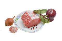 Pezzo di filetto e di spezie di carne di maiale crudi su fondo leggero Fotografia Stock Libera da Diritti