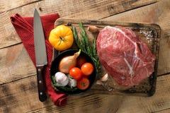 Pezzo di filetto di manzo con gli ingredienti per la fabbricazione del foo sano Fotografia Stock Libera da Diritti