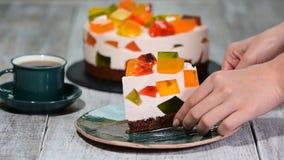 Pezzo di di gelatina colorata multi della latteria della frutta su un piatto stock footage