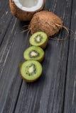 Pezzo di kiwi e di noce di cocco Fotografie Stock Libere da Diritti