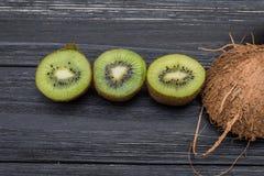 Pezzo di kiwi e di noce di cocco Fotografia Stock