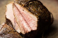 Pezzo di manzo arrostito, vitello, taglio nelle fette, casalingo delizioso fotografie stock