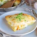 Pezzo di patate smerlate kitsch o di gratin della patata sul piatto, uff fotografia stock