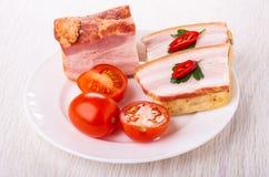 Pezzo di petto, pomodori, panini con il petto, peppe del peperoncino rosso in piatto sulla tavola fotografia stock libera da diritti