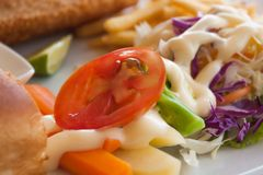 Pezzo di pomodoro su insalata Fotografia Stock
