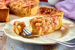 Pezzo di torta casalinga con rabarbaro e crema sulla tavola di legno Fotografie Stock Libere da Diritti