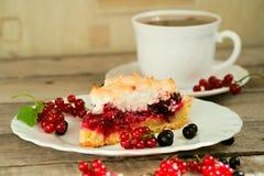 Pezzo di torta della bacca con il cappuccio di tè Immagini Stock Libere da Diritti