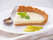 Pezzo di torta della crema con cioccolata bianca e calce chiave fotografie stock libere da diritti