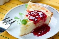 Pezzo di torta di formaggio con l'inceppamento di lampone Immagini Stock Libere da Diritti