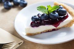 Pezzo di torta di formaggio del mirtillo sul piatto Fotografie Stock