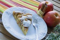 Pezzo di torta di mele su un piatto bianco elegante, fondo di legno Fotografie Stock