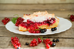 Pezzo di torta, di rosso e di ribes nero della bacca Fotografia Stock