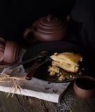 Pezzo di torta e di terraglie per tè su una vecchia tavola di legno Fotografia Stock Libera da Diritti