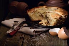 Pezzo di torta e di terraglie per tè su una vecchia tavola di legno Fotografie Stock Libere da Diritti