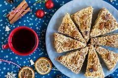 Pezzo di torta fatta a mano dell'albicocca sul piatto rosso e sulla tazza rossa con tè o caffè su placemat blu fotografie stock
