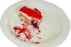 Pezzo di torta di formaggio con le fragole fresche e la menta isolate su fondo bianco fotografia stock libera da diritti