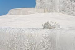 Pezzo di travertino sul bordo del terrazzo del travertino contro cielo blu Immagini Stock Libere da Diritti