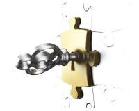 Pezzo dorato di puzzle con la rappresentazione d'argento di chiave 3D Immagine Stock