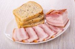 Pezzo, fette di petto, pane in piatto sulla tavola di legno immagini stock