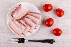 Pezzo, fette di petto in piatto, forcella, ciliegia del pomodoro sulla tavola Vista superiore immagini stock libere da diritti