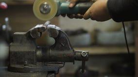 Pezzo in lavorazione del metallo di taglio del lavoratore con la sega circolare archivi video