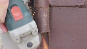 Pezzo in lavorazione del metallo di taglio, primo piano stock footage