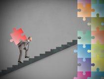 Pezzo mancante di puzzle di una configurazione dell'uomo d'affari una nuova società Fotografia Stock