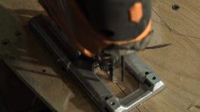 Pezzo maschio di Cuts A del carpentiere di compensato stock footage