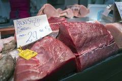 Pezzo rosso del tonno di Almadraba in un mercato di Cadice Immagini Stock Libere da Diritti