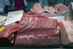 Pezzo rosso del tonno di Almadraba in un mercato di Cadice Fotografia Stock