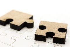 Pezzo sul bordo del puzzle, uso del puzzle di immagine per la soluzione dei problemi, concetto del fondo Fotografia Stock Libera da Diritti