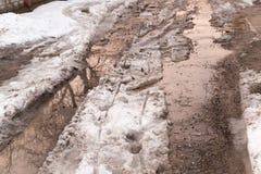 Pfütze auf der Straße im Winter Stockfotos
