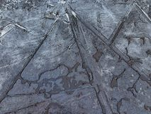 Pfütze des gebrochenen Eises Linien und geometrische Muster bildend Stockfotos