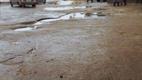 Pfützen auf defekter Straße und Asphalt mit Gruben ARS, das auf schlechte Straßendecke fährt stock video