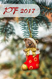 PF 2017年-玩具熊和红色袜子,在圣诞节的圣诞节玩具 库存照片