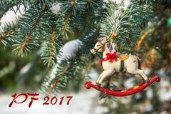PF 2017 - caballo mecedora, primer del árbol de navidad Foto de archivo